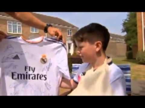 Cristiano Ronaldo super punizione: rompe braccio al bambino