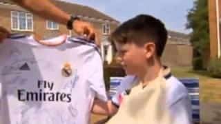 """Amichevole fra Bournemouth e Real Madrid, incredibile punizione di Cristiano Ronaldo che finisce in tribuna e malauguratamente rompe il polso al piccolo Charlie Silverwood che ha tentato di """"parare"""" la palla. Tutto è avvenuto al 6° minuto del primo tempo ma il piccolo tifoso Charlie non ha voluto abbandonare il campo se non dopo il 90°. Cristiano Ronaldo lo ha ripagato con una maglietta autografata da tutto il Real."""