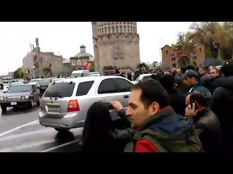 Էջմիածնում ցուցարարները երթով շարժվում են Զվարթնոց - DomaVideo.Ru