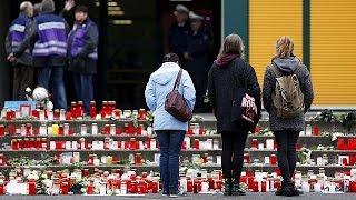 Uçak kazasında ölen öğrenciler için saygı duruşu