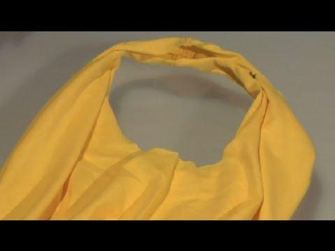 Taglia Una Vecchia Maglietta Con Le Forbici. Quello Che Crea E' Utilissimo