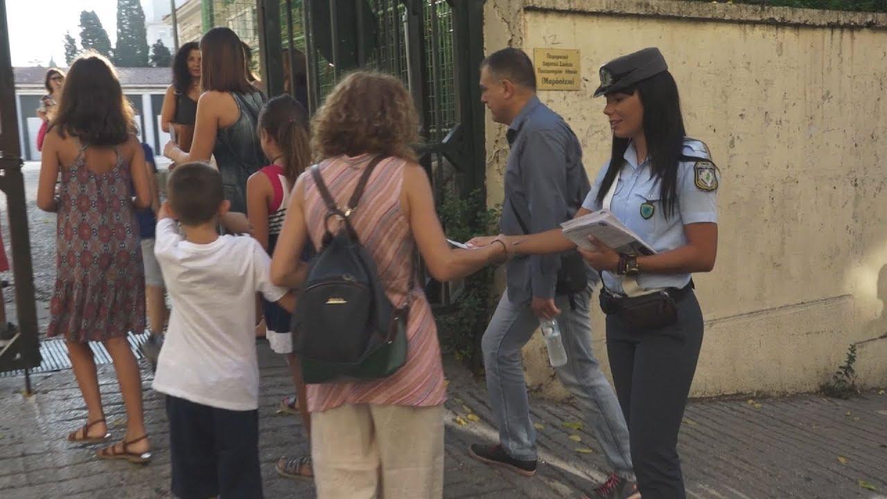 Μοίρασμα ενημερωτικών φυλλαδίων από την τροχαία στο Μαράσλειο