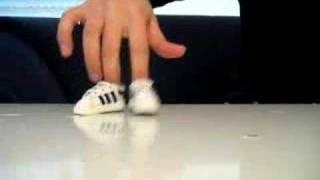 Il fait du breakdance avec ses doigts. Vidéo très fun.
