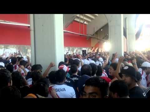 Video - previa - river vs velez - en el barrio de la boca viven todos bolivianos!yo paro en una banda!!! - Los Borrachos del Tablón - River Plate - Argentina