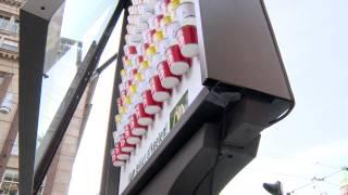 """蘭マクドナルドが猛暑に仕掛けた """"超じっくりと見てもらえて、喜ばれる""""看板広告"""