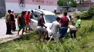 Video Hebatnya ini orang mampu Mengangkat mobil ambles tanpa bantuan alat berat.. MP3, 3GP, MP4, WEBM, AVI, FLV Agustus 2017
