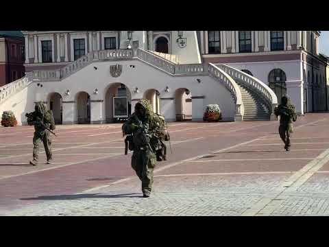 Wojsko w pełnym ekwipunku na rynku- to normalne?