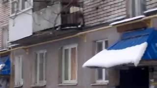 Жители Великих Лук с балкона забросали машины