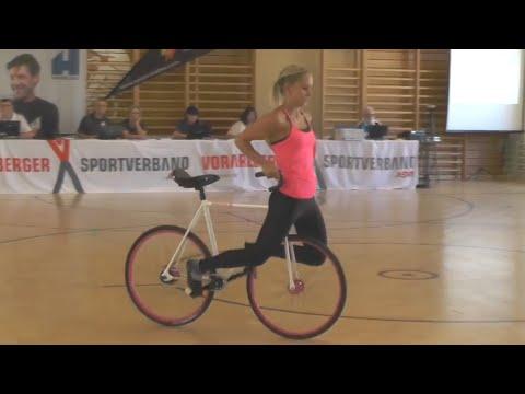 Increíble la habilidad de forma artística de esta chica sobre una bici