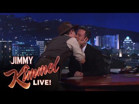 Johnny Depp besa a presentador norteamericano
