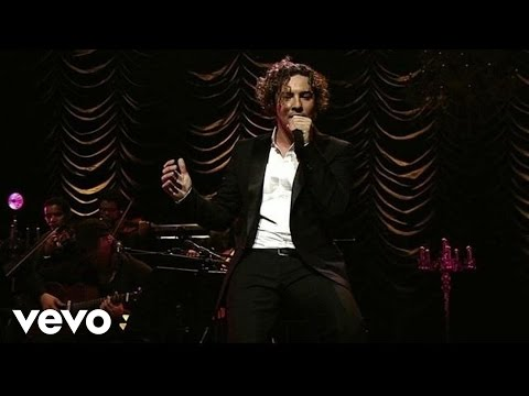 "David Bisbal performing ""Sombra Y Luz"""