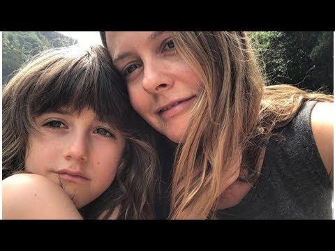 Hijo de Alicia Silverstone, de 7 años, intentó darle un beso frances tras ver la película 'Ni Idea'