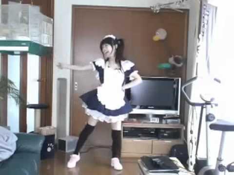 Игривый танец забавной девчонки