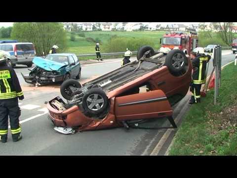 Auto überschlägt sich nach Zusammenstoß