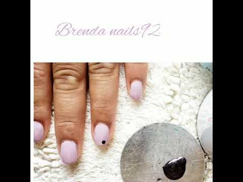 Uñas decoradas con tonos lila y morado
