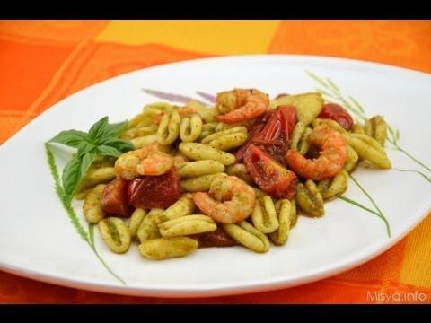strozzapreti con gamberi, pomodorini e pesto - la video ricetta