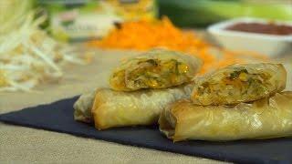 Aqueça um pouco de azeite numa frigideira larga. Junte o alho francês e deixe cozinhar até estar mole.