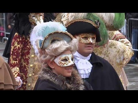 Prunkvolle Masken und heiße Kostüme beim Karneval