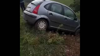 Kiedy poprosisz rolnika o wyciągnięcie auta i nie wszystko idzie zgodnie z planem