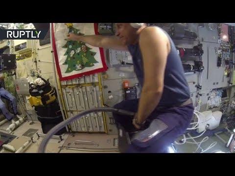 Непыльная работа — российский космонавт Антон Шкаплеров оседлал пылесос в невесомости - DomaVideo.Ru