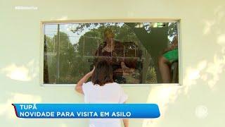 Asilo cria sala de vidro para que moradores vejam familiares