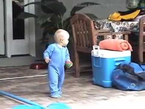 嬰兒掉入水裡後,他...這麼做!
