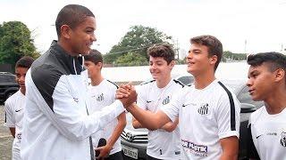 Os jogadores do Santos Sub-15 estiveram no CT Rei Pelé e aproveitaram para conhecer os atletas profissionais do Peixe e desejar boa sorte na próxima ...