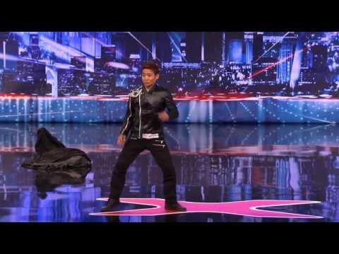 Японец своим танцем удивил всех (видео)