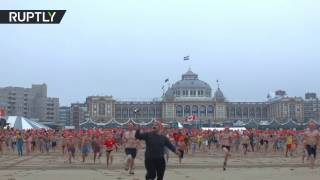 В Гааге многотысячная толпа окунулась в Северном море