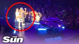 Lady gaga spadła z fanem ze sceny. Mężczyzna nie był w stanie utrzymać jej wagi.