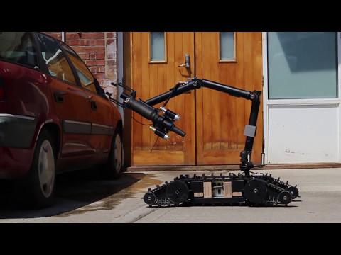 Robot điều khiền từ xa mở xe.