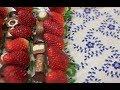 Bandeja decorada con fresas y bombones para el día del