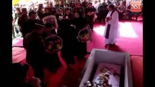 Nonton The funeral of Malaysia's war hero Datuk Termenggong Kanang Anak Langkau Film Subtitle Indonesia Streaming Movie Download