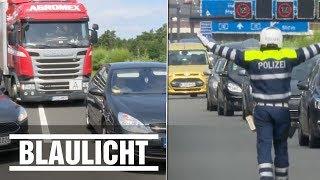 """Zum Abschluss der Aktionswoche """"Bei Stau: Rettungsgasse"""" hielten Polizeibeamte aus Brandenburg notorische Rettungsgassenblockierer fest und verteilten Strafzettel. BILD jetzt abonnieren: http://on.bild.de/bild_abo"""
