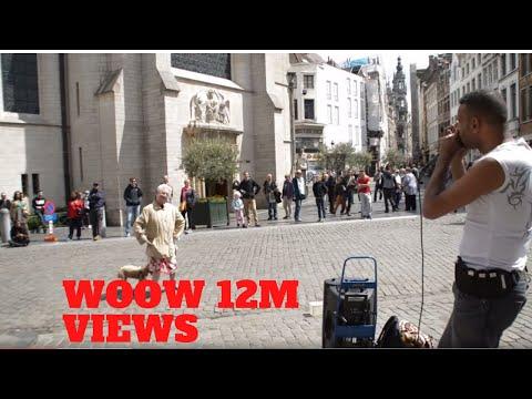 這段老太太走向一位街頭藝人面前的影片,短短幾天已經超過200萬的點擊率!