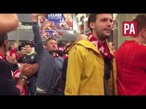 روح رياضية مثالية من جماهير بلجيكا تجاه جماهير ويلز رغم الخروج من اليورو (فيديو)