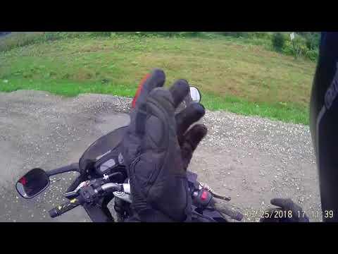 Мотоциклист остановится на обочине попить воды. Обочечнику это не понравилось и он пнул мотоциклиста