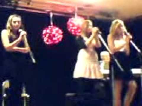 cornelia, ellinor och ebba sjunger