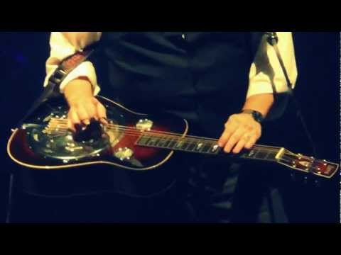 And at a Alison Krauss gig you also get some worldclass Dobro playing by Jerry Douglas. [video]