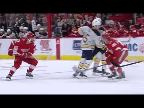 Sabres' Eichel exits game after getting clipped by Glendening (видео)