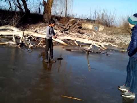 Пацан провалился под лед - DomaVideo.Ru