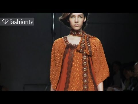 Malu Bortolini - SUBSCRIBE: http://bit.ly/FashionTVSUB http://www.FashionTV.com/videos TOKYO - With hair done in a unique twist, models at the Yuma Koshino show present vario...