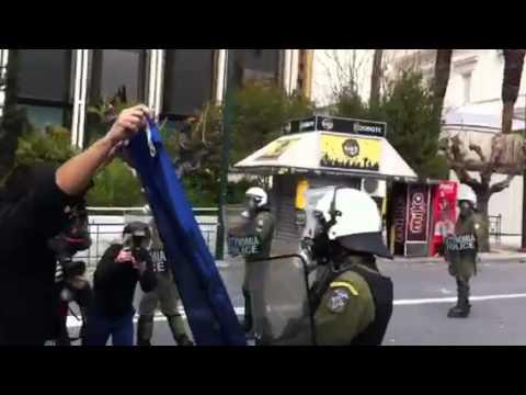ΒΙΝΤΕΟ-ΣΟΚ. Ρίχνουν μολότοφ στο κεφάλι αστυνομικού