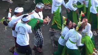 Video Bikin merinding, sebanyak 1800 siswi di Bali bawakan tari rejang ratu segara alami kesurupan MP3, 3GP, MP4, WEBM, AVI, FLV November 2018