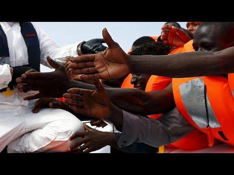Πλοίο με εκατοντάδες μετανάστες ανετράπη στα ανοιχτά της Λιβύης