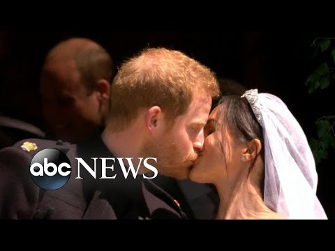 Harry, Markle take their first kiss as a married couple (видео)