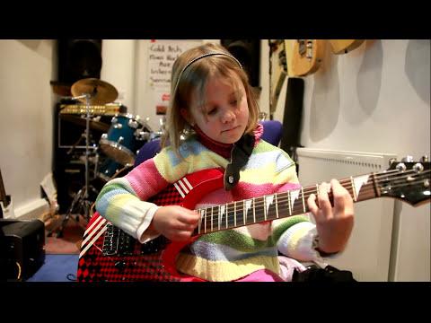 Guns N´ Roses mají nového muzikanta. Sedmiletá Zoe hraje na kytaru jako profík