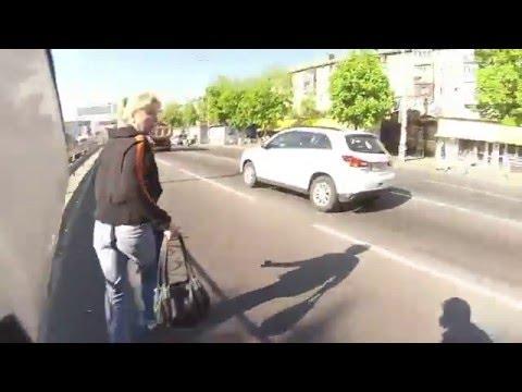Corriendo detrás de un ladrón que le roba a una mujer
