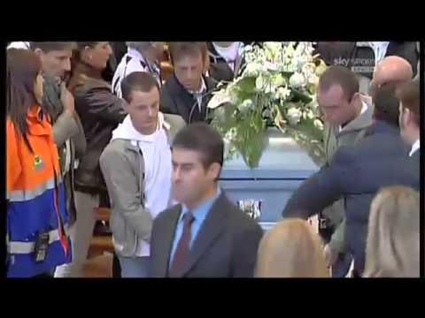 l'arrivo di valentino rossi in moto durante il funerale di simoncelli