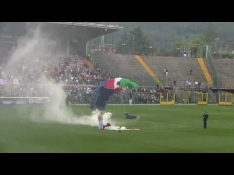 Paracaídas aterriza en el Atleti Azzurri d'Italia